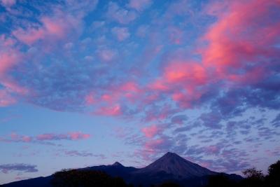 Volcanes bajo un cielo rosado